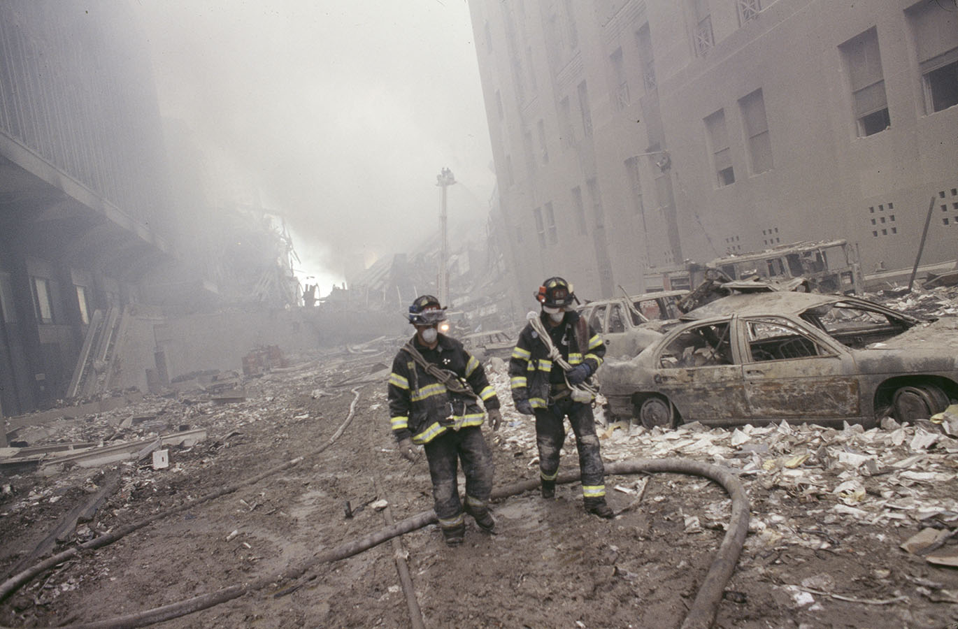9/11, World Trade Center Disaster. NYC Firemen walking at Ground Zero during the aftermath of the September 11, 2001 attack of the World Trade Center in New York City, September 2001. Stephen Shames Photographic Archive. e_shames_0148
